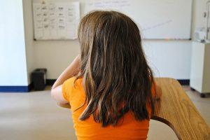 Niña en el colegio
