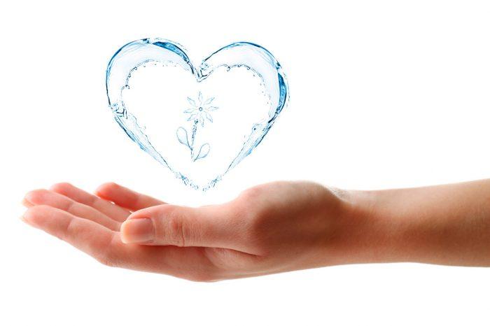 manos-agua-corazon