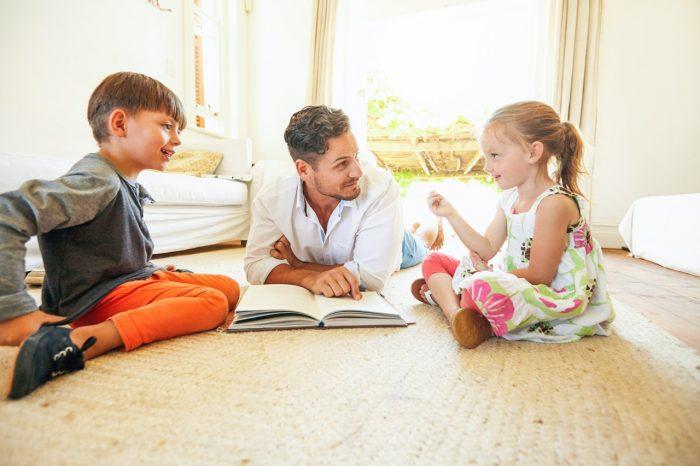 Familia-padre-niños-hijos-libro-leer-conversar-hablar