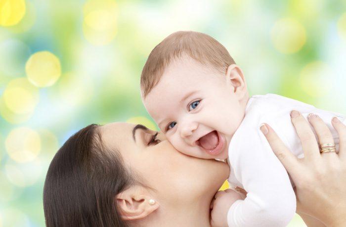 Madre-bebe-hijo-beso-feliz