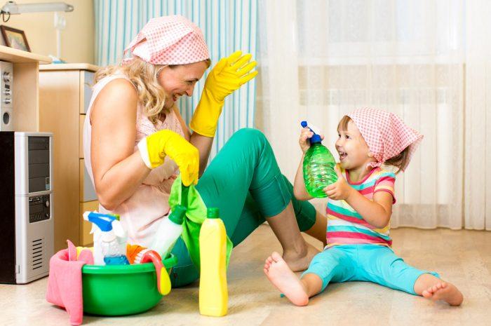 Madre-hija-limpiar-tareas-hogar-ayudar-niña-responsabilidades