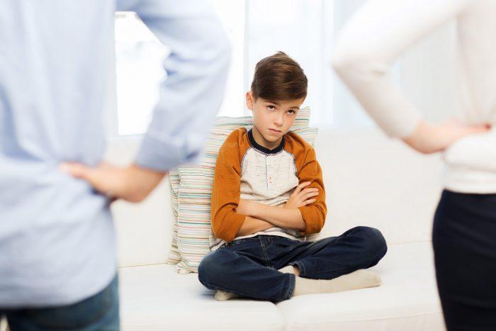 Padres-hijo-educar-reñir-disciplina