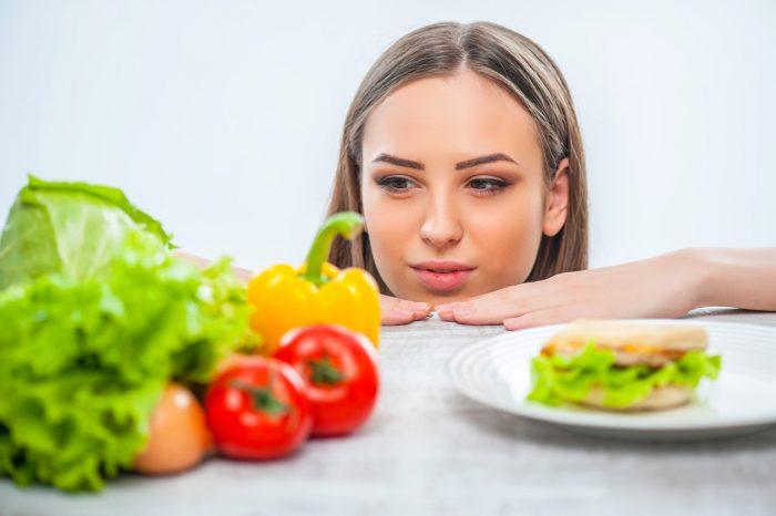 chica-comida-sana-elegir-hamburguesa-engordar-dieta-peso