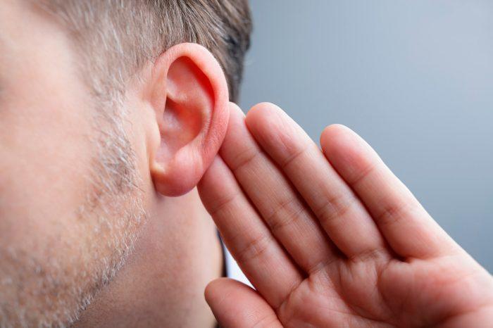 escuchar-oido-oreja-zumbido-otitis-sordera