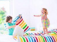 niños-hermanos-hijos-jugar-celos-divertirse-feliz