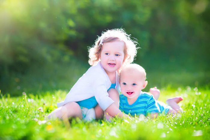 niños-hermanos-hijos-padres-amor-cuidar-feliz