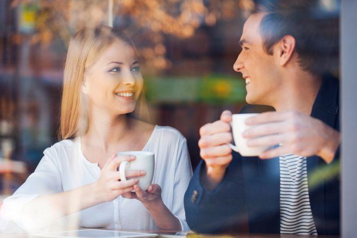 cafe-pareja-amistad-hablar-feliz