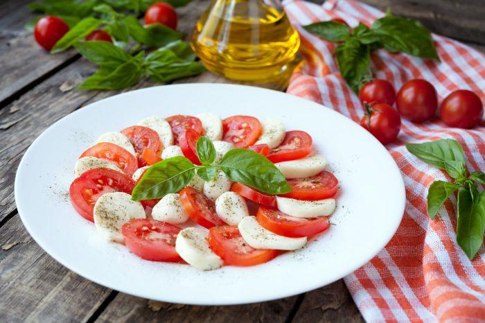 ensalada-tomate-queso-aceite