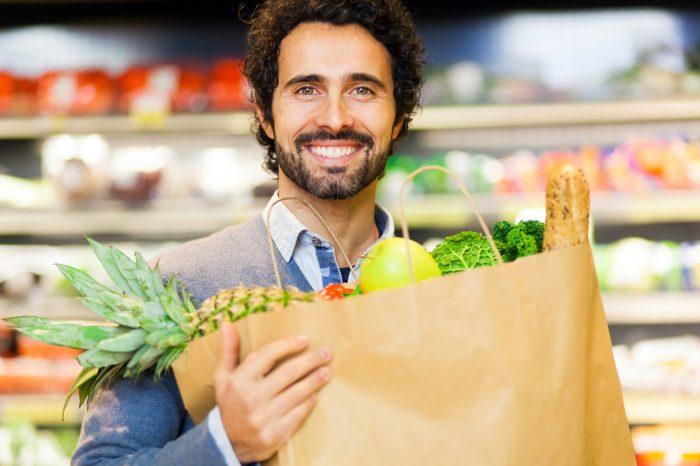 hombre-comida-saludable-frutas-verduras-sana-peso-adelgazar