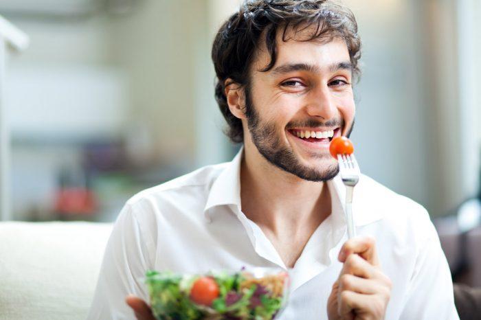 hombre-comida-sana-ensalada-perder-peso-adelgazar