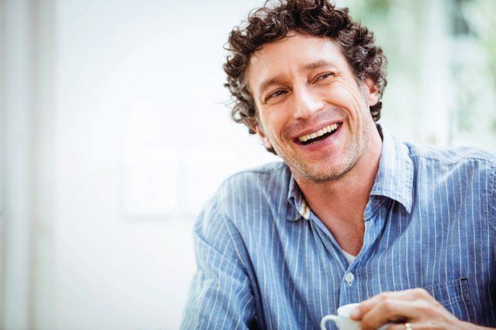 hombre-feliz-taza-cafe-te-relax