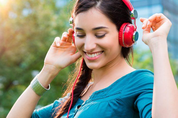 mujer-escuchar-musica-cascos