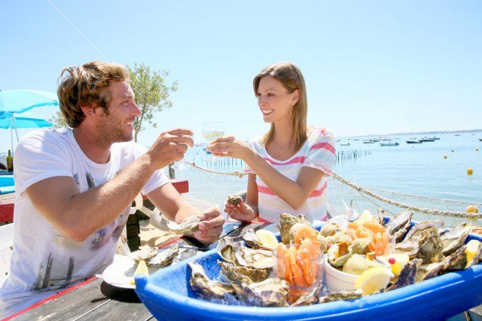 pareja-marisco-ostras