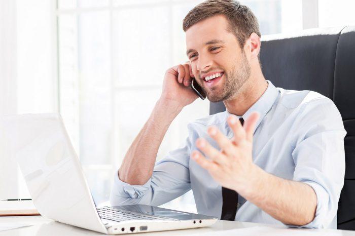 tecnologia-telefono-movil-portatil-ordenador-oficina-trabajo-estres