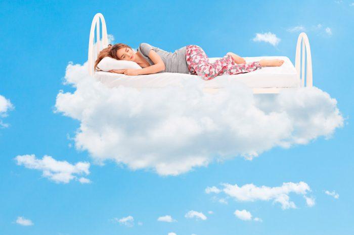 dormir-bien-mujer-nubes