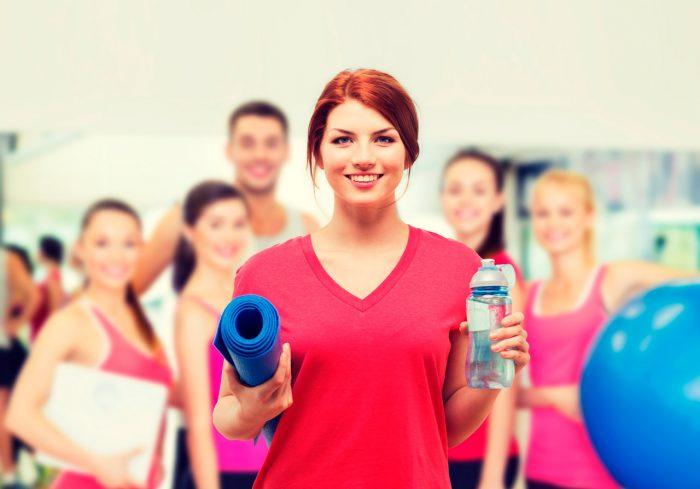 ejercicio-grupo-gente-gimnasio