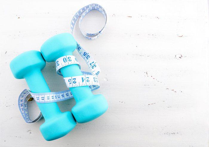 ejercicio-pesas-cinta-metrica-perder-peso-adelgazar-saludable