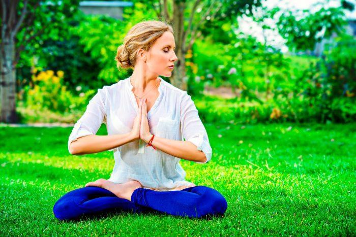 meditar-yoga-relajacion-estres-naturaleza-aire-ansiedad-depresion