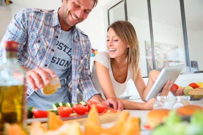 verduras-ensalada-saludable-dieta-aceite-oliva-pareja-adelgazar-perder-peso