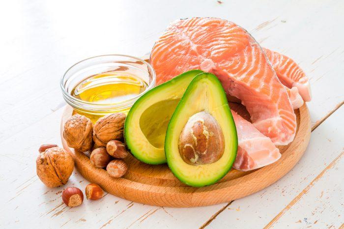 colesterol-aguacate-frutos-secos-aceite-oliva-pescado-salmon-dieta-equilibrada-saludable-sano