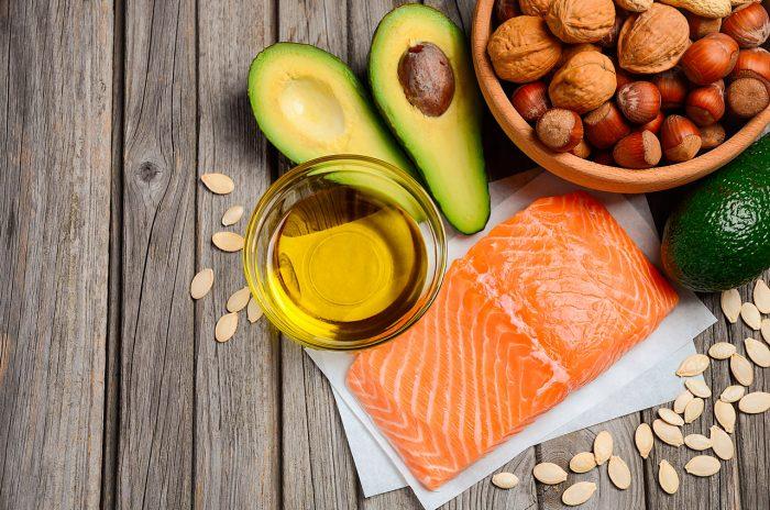 colesterol-aguacate-frutos-secos-aceite-oliva-pescado-salmon-semillas-calabaza-dieta-equilibrada-saludable-sano