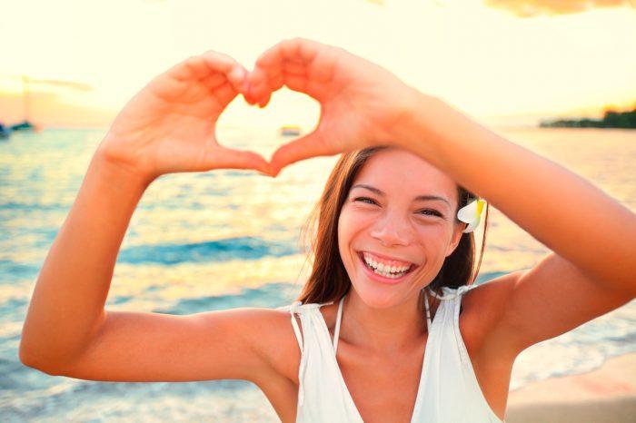 feliz-sonrisa-autoestima-belleza-cutis-corazon-playa-verano-estres-ansiedad