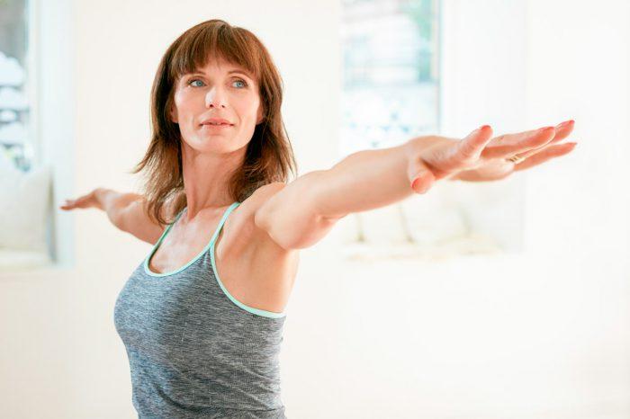 menopausia-mujer-madura-yoga-ejercicio