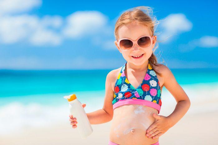 playa-sol-crema-solar-proteccion-niña