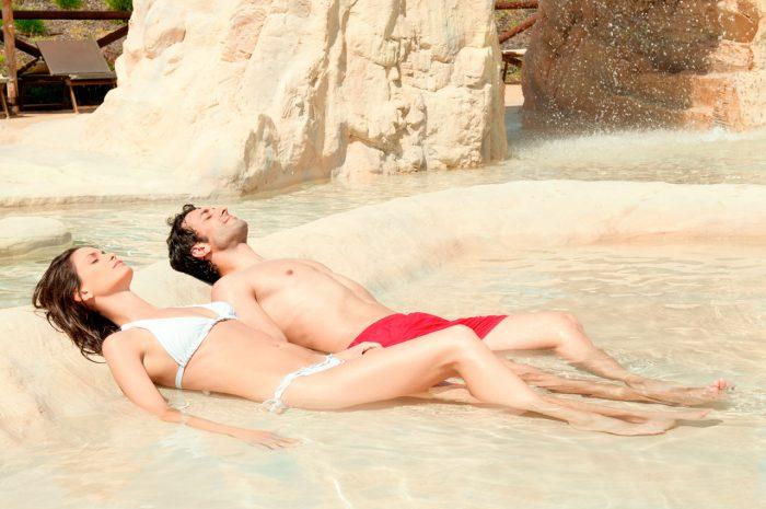 sol-quemadura-pareja-playa-verano-relax-estres-ansiedad