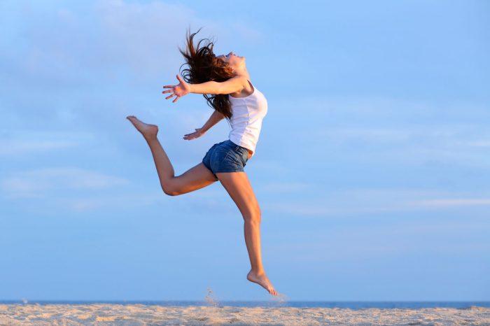 alagria-felicidad-mujer-salto-guapa