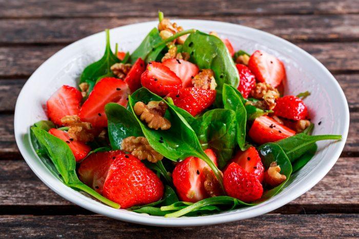 ensalada-fruta-fresas-frutos-secos-nueces