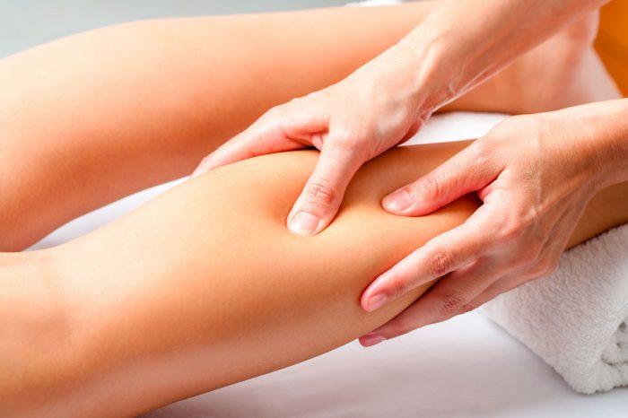 masaje-pierna-calambre-muscular-espasmo