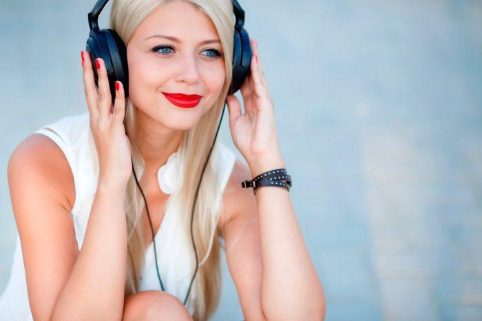 mujer-cascos-audiocion-musica