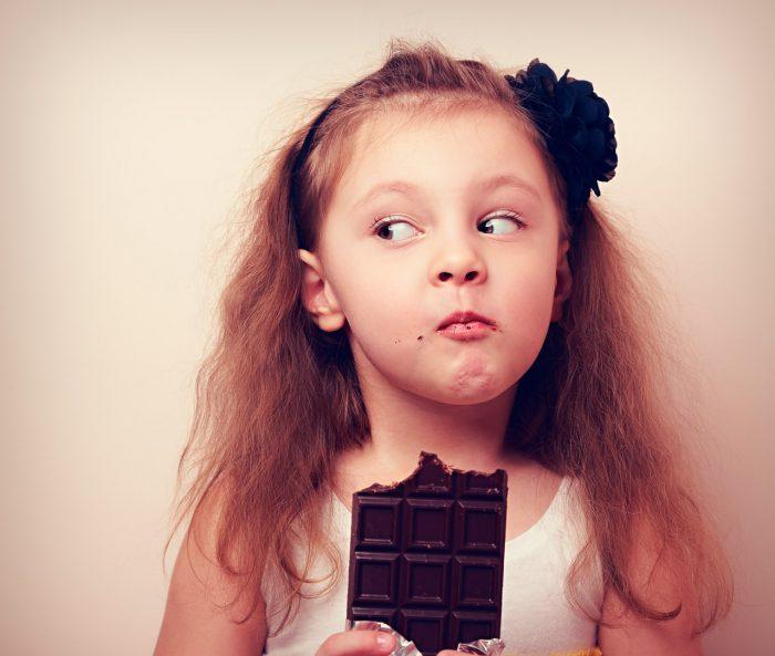 niño-niña-chocolate-dulces-obesidad-infantil
