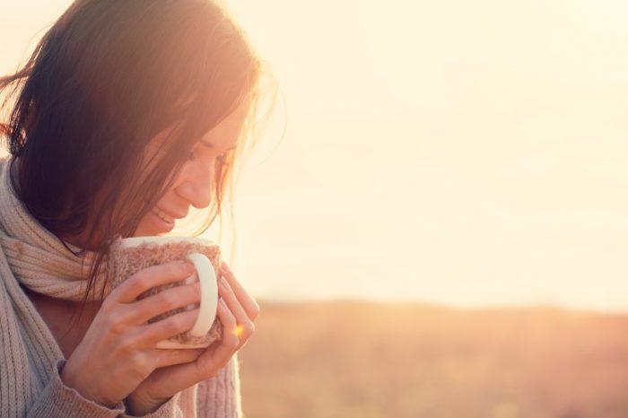chica-mujer-feliz-sonrisa-infusion-te-relax-diuretico-retencion-liquidos-2