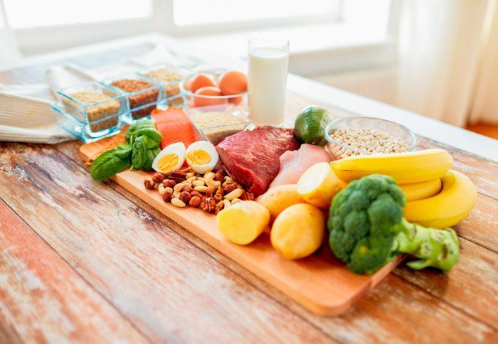 dieta-equilibrada-vegetales-frutas-frutos-secos-lacteos-pasta-aceite-carne-proteinas-vitaminas
