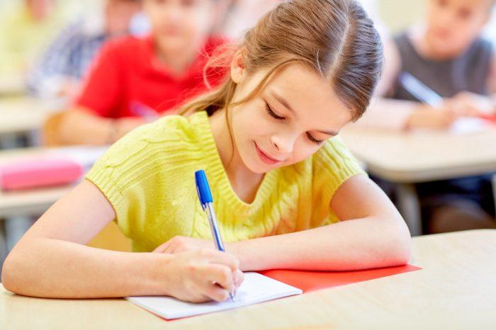 niña-estudiar-clase-escuela-tdah