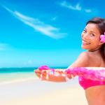 prevenir-dolor-de-espalda-mujer-playa-felicidad