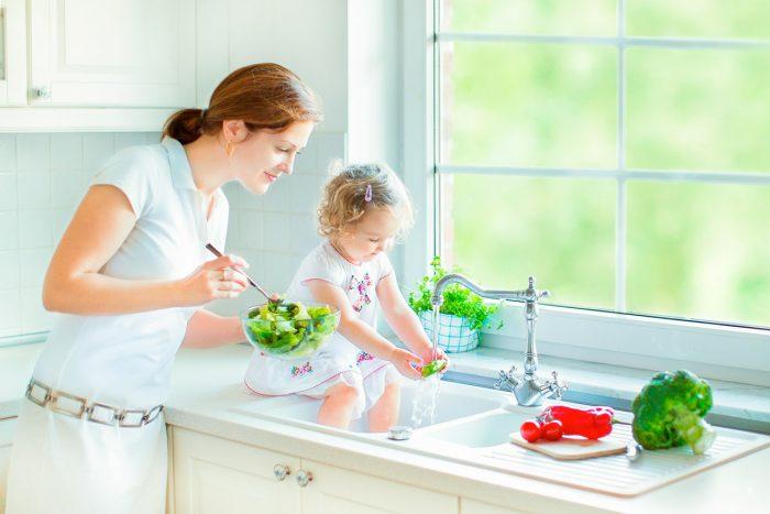 nina-madre-cocinar-comer-frutas-verduras