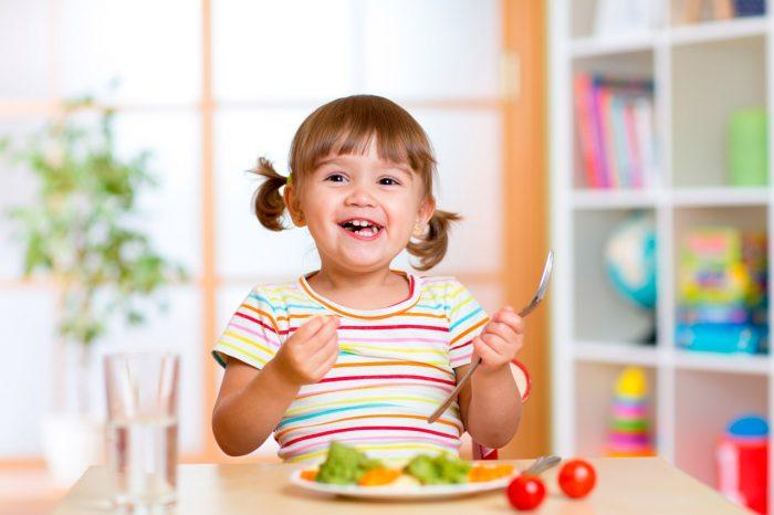 nina-nino-comer-verduras-frutas