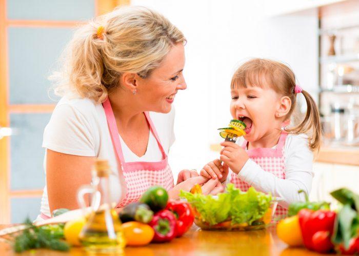 nina-nino-madre-comer-verduras-frutas