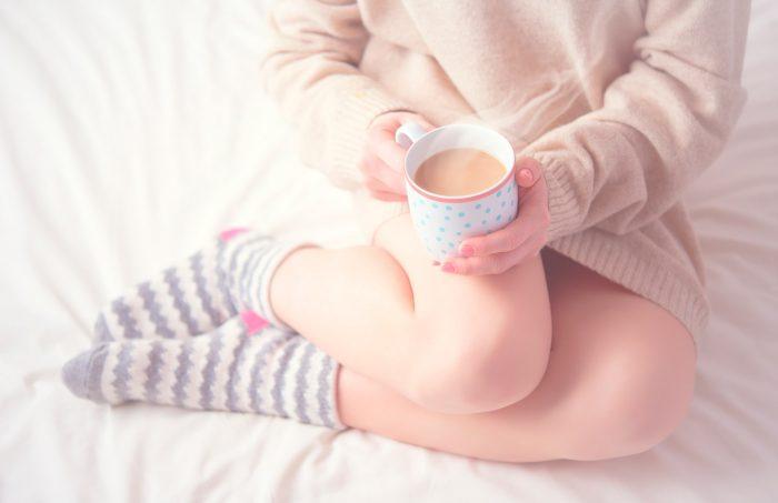 pies-cuidado-frio-calcetines-cafe-invierno