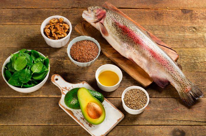 acidos-grasos-omega-3-salmon-frutos-secos-aguacate-semillas-lino-linaza-girasol-calabaza-espinacas