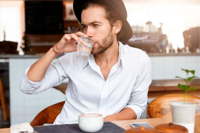 beber-agua-hombre