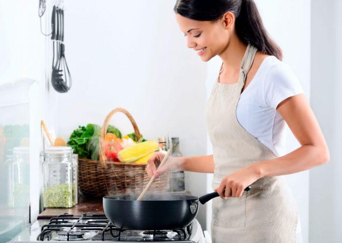 cocinar-sopa-mujer