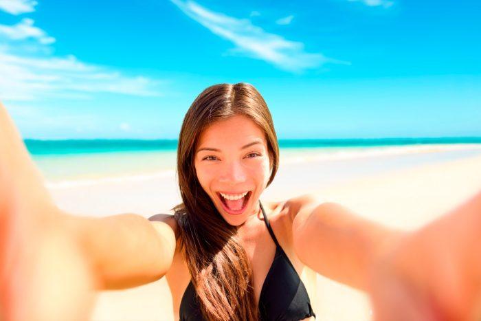 sonrisa-dientes-feliz-playa-sol