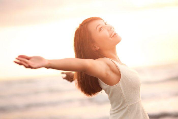 felicidad-mujer-alegria-espalda
